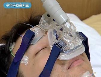 수면무호흡치료중인 남성